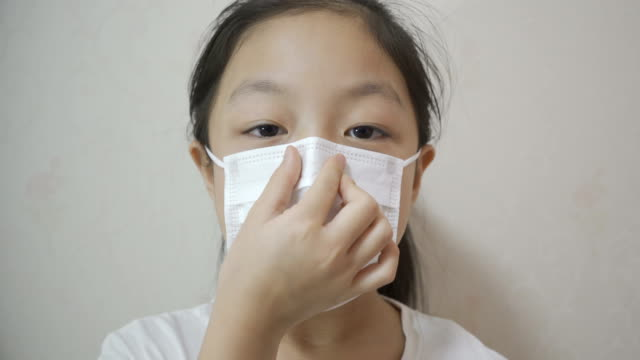 vídeos de stock e filmes b-roll de child protect yourself from the china coronavirus with masks - 8 9 anos