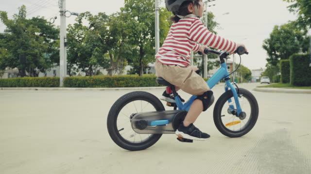 vidéos et rushes de course d'enfant sur le vélo. - selle