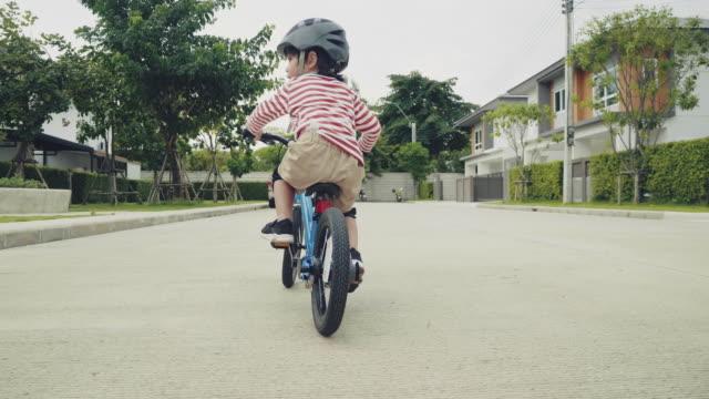 vidéos et rushes de vélo d'équitation d'enfant. - selle