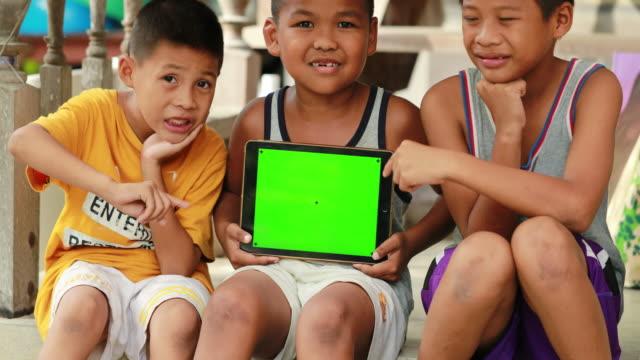 Kind met een digitaal tablet PC met groen scherm