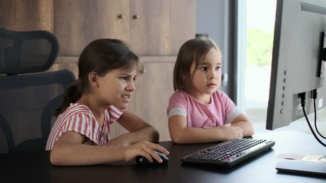 kinderschwestern, die computernen, erreichen inhalte, die ihnen nicht erlaubt sind. - content stock-videos und b-roll-filmmaterial
