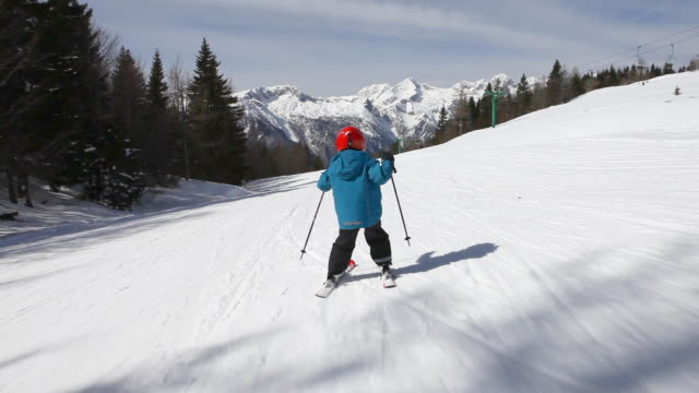 HD: Child skiing on skis