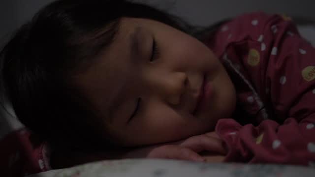 child sleeping on bed at home / south korea - 6 7 år bildbanksvideor och videomaterial från bakom kulisserna