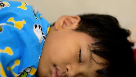 vidéos et rushes de enfant dormant détente en journée. - 4 5 ans