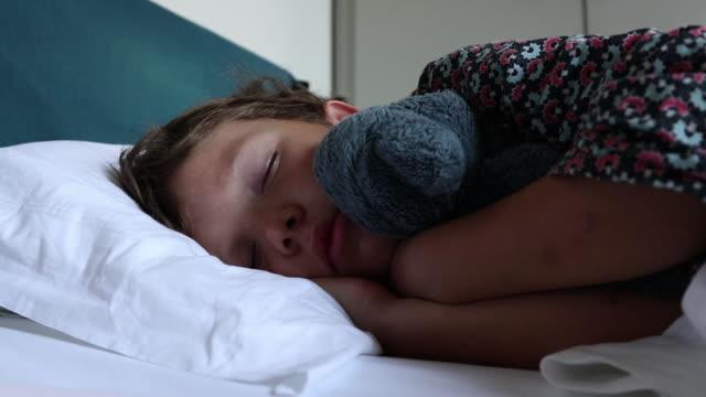 child sleeps - 横向きに寝る点の映像素材/bロール
