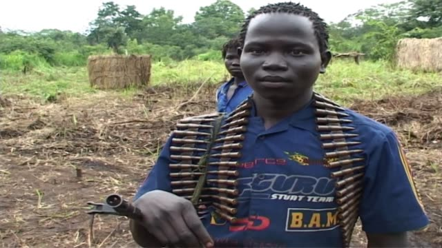 child soldier of the lord's resistance army child soldier of the lord's resistance army on july 13 2006 in democratic republic of congo - bürgerkrieg stock-videos und b-roll-filmmaterial