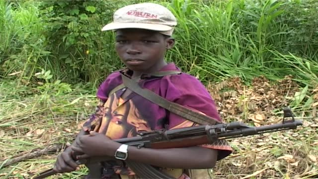 vidéos et rushes de child soldier of the lord's resistance army holding gun child soldier of the lord's resistance army on july 13 2006 in garamba national park... - mitrailleuse