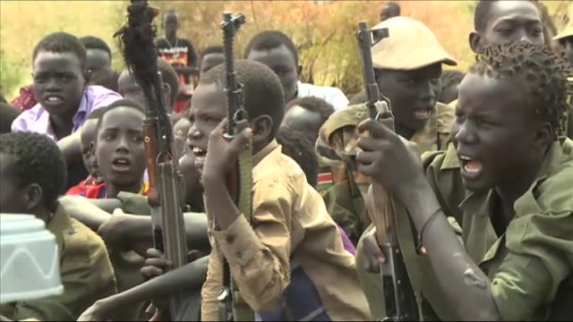 300 child soldiers who have been released after a peace deal between the south sudan democratic army cobra faction and the sudan people's liberation... - 歩兵点の映像素材/bロール