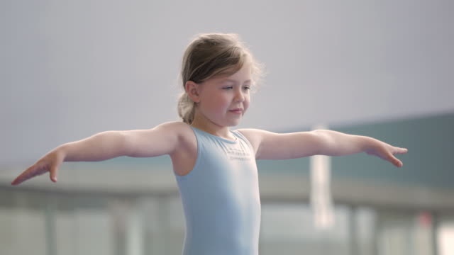 vidéos et rushes de  tu child standing on one leg on balance beam / vancouver, british columbia, canada - stabilité