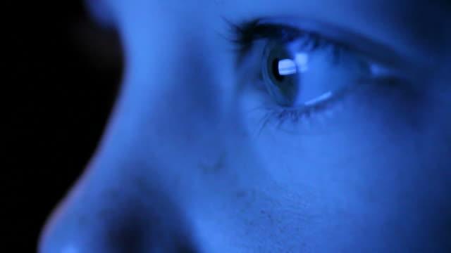 vídeos y material grabado en eventos de stock de niño mirando la pantalla de televisión - ojo humano