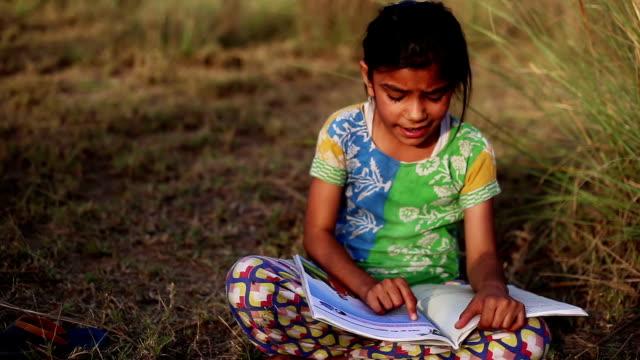 kind studiert im freien in der natur - entwicklungsland stock-videos und b-roll-filmmaterial