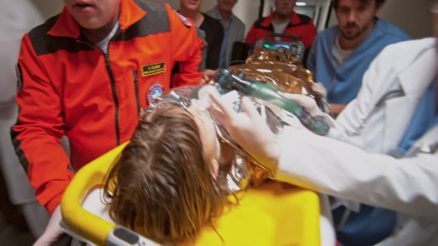 vidéos et rushes de ds child suffering from hypothermia transported to trauma - accident et désastre