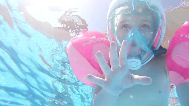 barn simmar i poolen. - utebassäng bildbanksvideor och videomaterial från bakom kulisserna