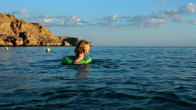 子供は海で泳ぐ。 - 浮き輪点の映像素材/bロール