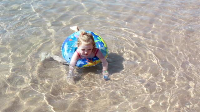 子供が海で泳ぐ。 - 浮き輪点の映像素材/bロール
