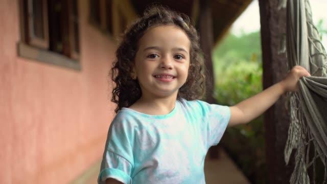 ハンモックを振る子供 - 女児1人点の映像素材/bロール