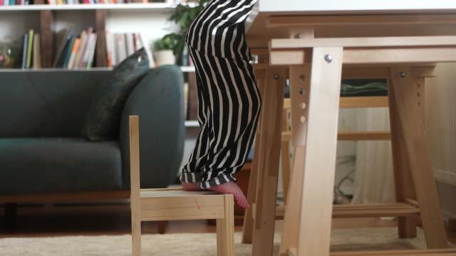 vídeos de stock, filmes e b-roll de criança tentando levantar uma cadeira - cadeira