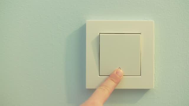 vídeos de stock e filmes b-roll de child turning on and off the lights - interruptor de luz