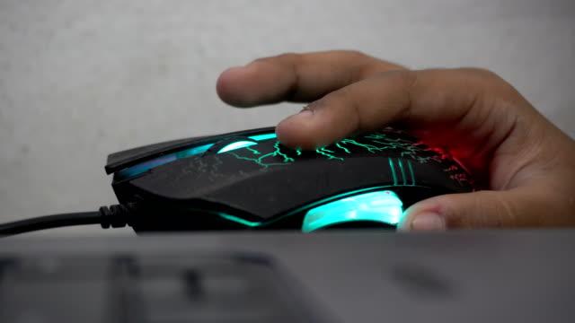 vídeos de stock, filmes e b-roll de o uso da criança monta com luz e cor para jogar. - teclado de computador