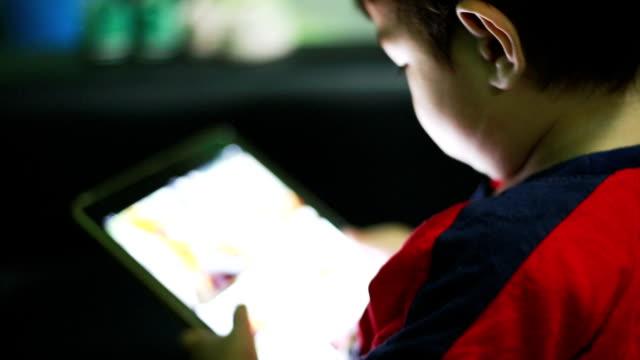 vídeos de stock e filmes b-roll de criança usando um tablet digital - comprimido