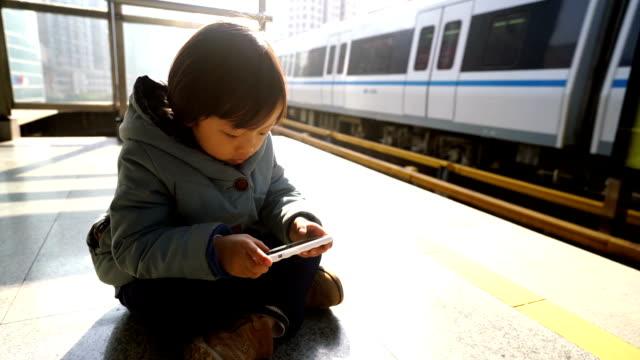 お子様用のプラットフォームにウェイティング鉄道 - 小学生点の映像素材/bロール