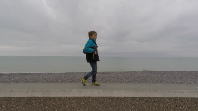 child walking by the sea - 40 o più secondi video stock e b–roll