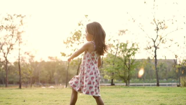 Kind zu Fuß im Garten
