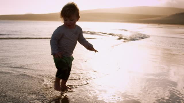 Kind zu Fuß auf den Strand