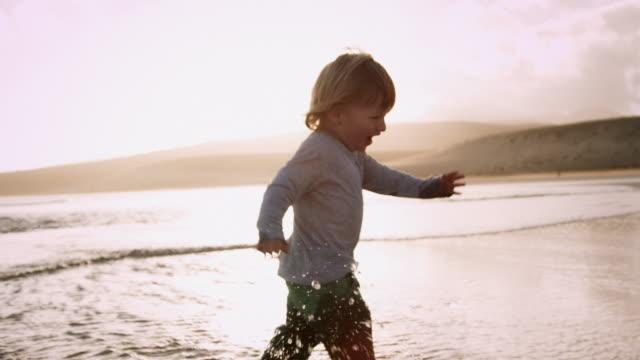 vidéos et rushes de enfant marchant sur la plage - empreinte de pas