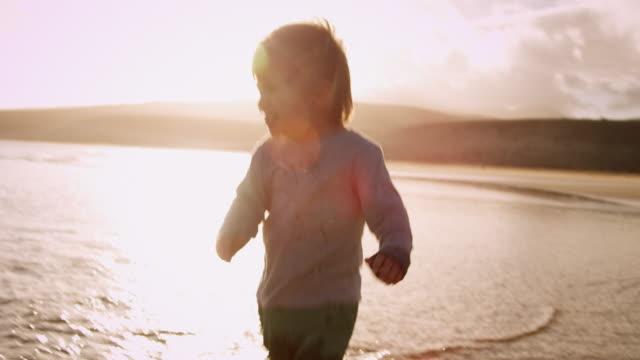vídeos de stock, filmes e b-roll de filho caminhando na praia - human foot