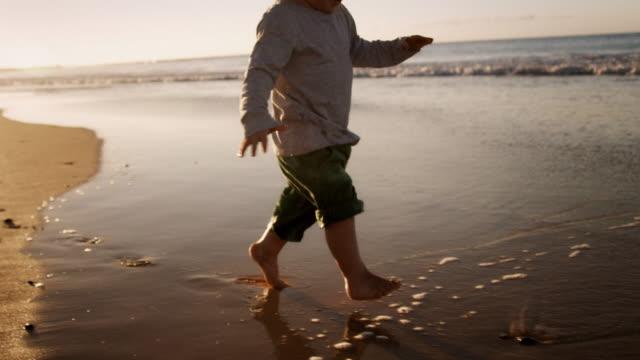 Niño caminando en la playa