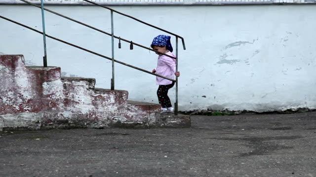 お子様への階段 - 生後18ヶ月から23ヶ月点の映像素材/bロール