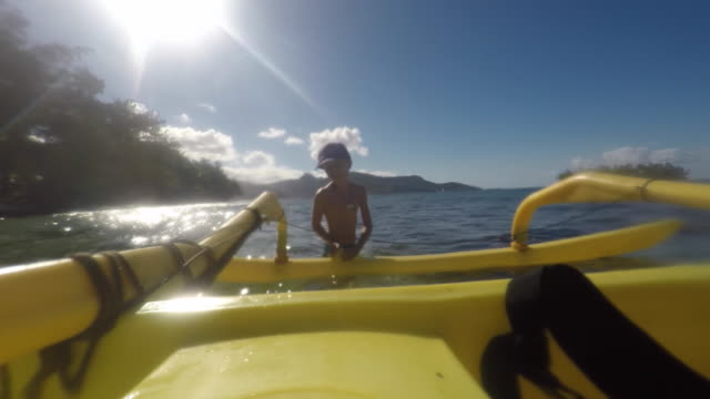 child with a plastic dugout - isola di tahaa video stock e b–roll