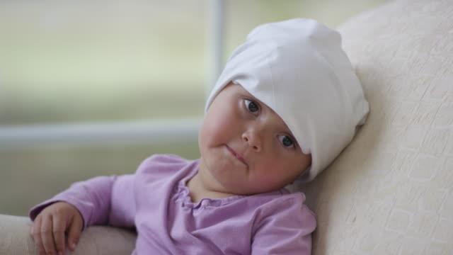 Kindes mit dem Krebs ein Fenster sitzen