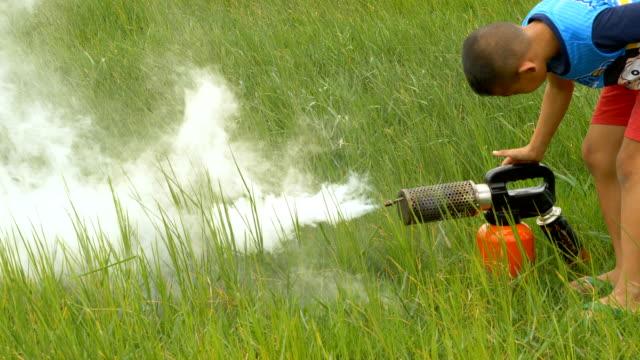 vídeos de stock, filmes e b-roll de criança com fumigação do mosquito - maquinaria