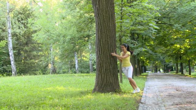 vídeos de stock, filmes e b-roll de grou hd: childish casal - brincadeira de pegar