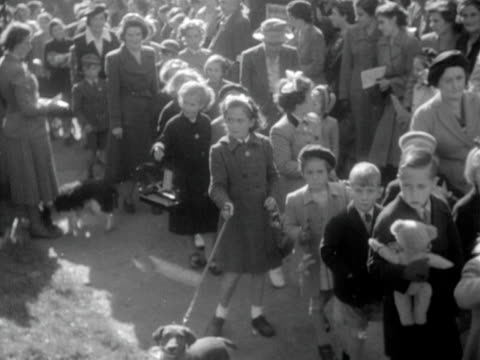 children and adults bring their pets to an open air church service in hereford in honour of st francis 1952 - franziskus kirche stock-videos und b-roll-filmmaterial