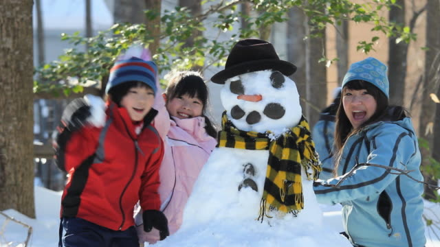 MS PAN TU TD Children (6-11) and mother throwing snowball / Richmond, Virginia, USA