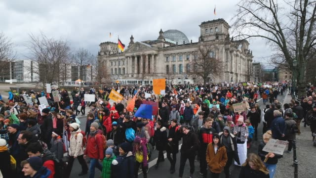 children and students participate in a fridaysforfuture climate protest march on march 15 2019 in berlin germany according to organizers striking... - klima stock-videos und b-roll-filmmaterial