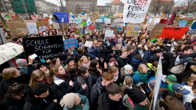 vidéos et rushes de children and students participate in a fridaysforfuture climate protest march on march 15, 2019 in berlin, germany. according to organizers striking... - grève