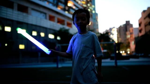 vidéos et rushes de enfants jouent sur le terrain de jeu - lampe led