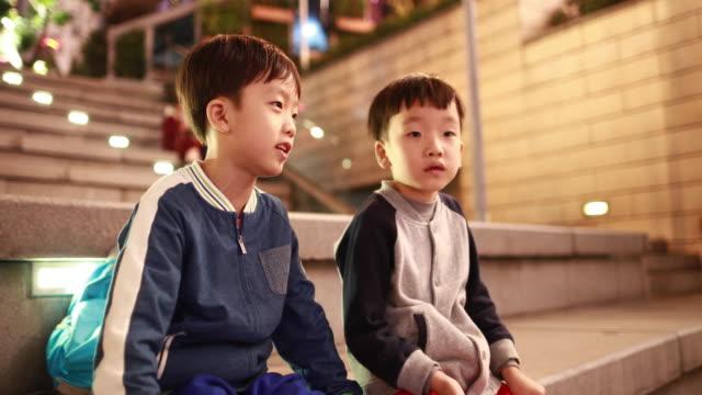 stockvideo's en b-roll-footage met kinderen spelen - alleen jongens