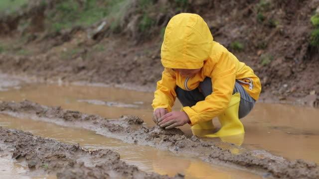 子供たちは泥で泥で遊んでいる - ヨゴレ点の映像素材/bロール