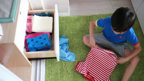子供服を整理 - ハイチ点の映像素材/bロール