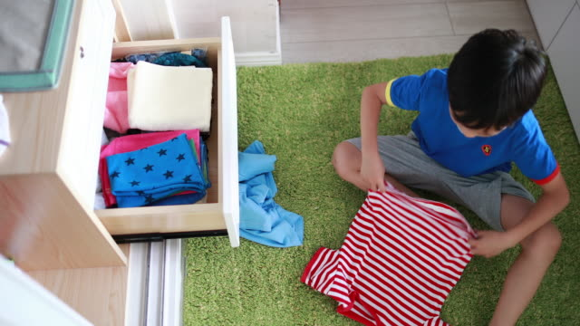 vídeos de stock e filmes b-roll de children arranging her clothes - arrumado