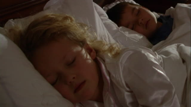 children asleep in bed - geschwister stock-videos und b-roll-filmmaterial