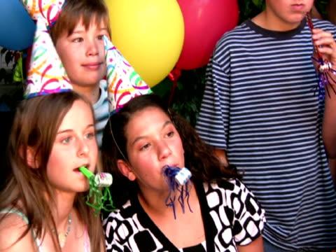 vídeos y material grabado en eventos de stock de los niños en fiesta de cumpleaños soplando trompas de juguete - instrumento de viento