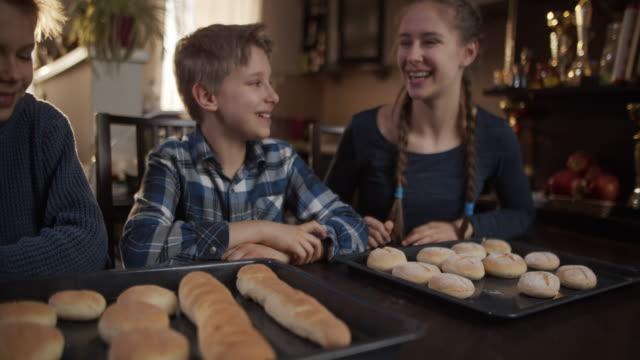 vídeos y material grabado en eventos de stock de los niños hornean panecillos en casa - cooking pan