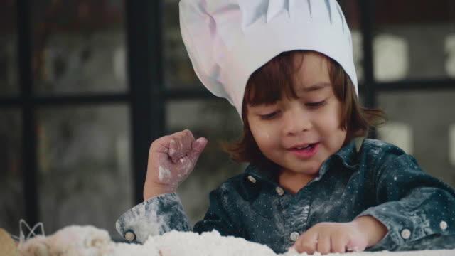 bambini che cuoceno la torta insieme - messy video stock e b–roll