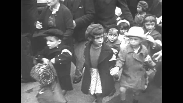 vidéos et rushes de children being sent to the south/ french soldiers at barricades on city streets - battle